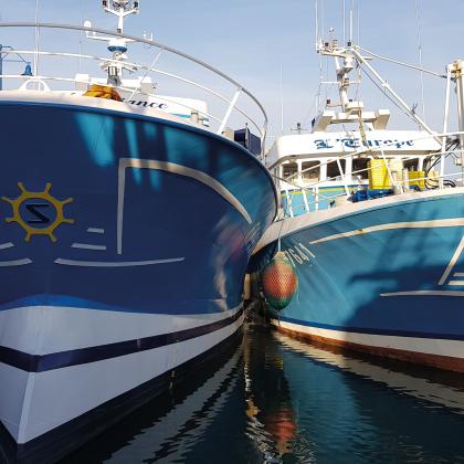 deux bateaux bleus sur l'eau
